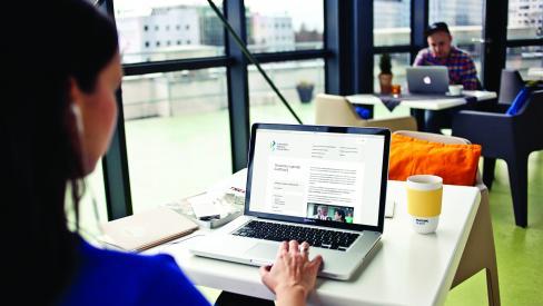 Uporabnik pregleduje spletno stran SOK