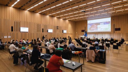 Na sliki je prikazana notranjost dvorane na Brdu, ki je bilo prizorišče mednarodne konference